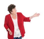 Удовлетворенный женский старший представлять над белизной с ее рукой стоковое изображение rf
