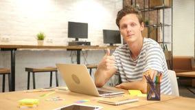 Удовлетворенный дизайнер на работе, больших пальцах руки вверх, сделанная безупречная работа видеоматериал
