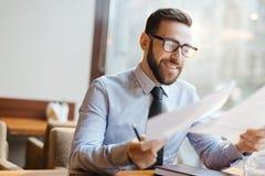 Удовлетворенный предприниматель в кафе стоковое изображение
