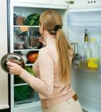 Удовлетворенный холодильник домохозяйки близко заполненный Стоковое Изображение RF