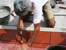 Улучшение дома, реновация - tiler рабочий-строителя кроет черепицей, керамический прилипатель плиточного пола Стоковое Изображение RF