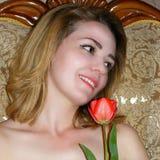 Улыбка девушки с тюльпаном Стоковые Фото