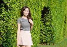 Улыбка женщины на саде Стоковое Фото