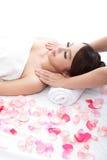 Улыбка женщины получая массаж на плече Стоковые Фотографии RF