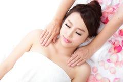 Улыбка женщины получая массаж на плече Стоковое Изображение RF