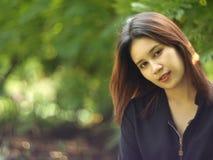 Улыбка женщин в саде Стоковое фото RF