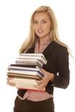 Улыбка книг платья дела женщины черная стоковое фото