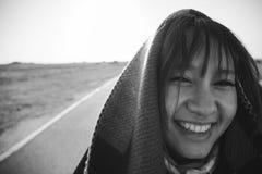 Улыбка молодой женщины на дороге стоковое фото rf
