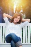 Улыбка наслаждается ослабляет здоровую концепцию хорошей жизни Стоковое Изображение RF