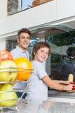 Улыбка отца и сына варя домашнюю кухню стоковое изображение rf