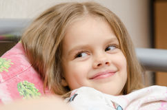 Улыбка пятилетней девушки милая смотря к левой стороне Стоковые Фотографии RF
