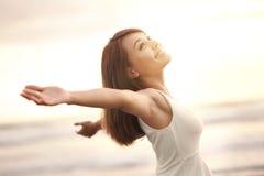 Улыбка свободная и счастливая женщина стоковые изображения rf