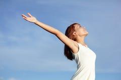 Улыбка свободная и счастливая женщина Стоковое Изображение