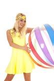 Улыбка шарика пляжа держателя платья желтого цвета женщины Стоковое фото RF