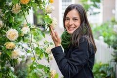 Улыбка для свежих желтых роз Стоковое фото RF