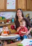 Улыбки матери с младенцами Стоковая Фотография