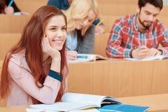 Улыбки студентки во время лекции стоковые изображения rf