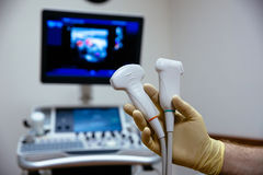 Ультразвуковая медицинская служба исследования для диагностик в руке доктора комната стационара оборудования медицинская работая Стоковые Фото