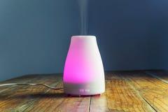 Ультразвуковой отражетель эфирного масла с фиолетовым светом стоковое изображение rf