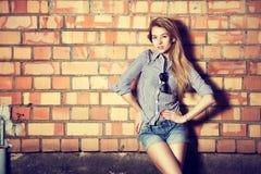 Ультрамодная девушка моды на кирпичной стене Стоковое Изображение RF