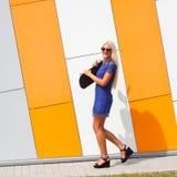 Ультрамодная девушка с скейтбордом стоковое изображение rf