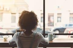Ультрамодная женщина отдыхает в органическом кафе Стоковые Фото