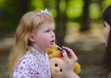 Ультрамодная маленькая девочка в парке лета Стоковая Фотография