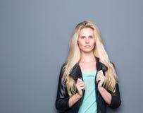 Ультрамодная молодая женщина представляя с черной кожей стоковое фото rf