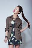 Ультрамодная фотомодель в элегантных одеждах держа ее Tress стоковое изображение rf