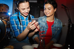 Ультрамодные молодые женщины в ночном клубе Стоковое Изображение RF
