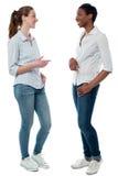 Ультрамодные молодые женщины имея обсуждение Стоковое Изображение