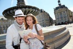 Ультрамодные пары в городке с картой Стоковое фото RF