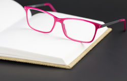 Ультрамодные magenta eyeglasses Стоковое Изображение RF