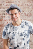 Ультрамодный взрослый портрет человека на кирпичной стене предпосылки стоковое изображение