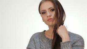 Ультрамодный длинный с волосами молодой модельный представлять видеоматериал