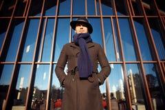 Ультрамодный красивый молодой человек в моде осени стоя в городской среде стоковые фотографии rf