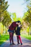 Ультрамодный мальчик целуя его стильную мать внешнюю Стоковое Изображение