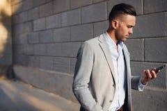 Ультрамодный человек с мобильным телефоном Стоковое Фото
