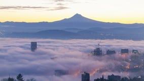 Ультра высокое кино промежутка времени определения 4k восхода солнца с туманом завальцовки над Mt Клобук и город Портленда ИЛИ акции видеоматериалы