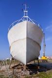 Удящ корабль, траулер будучи построенным или под обслуживанием в Povoa de Varzim, Португалии Стоковое Изображение