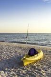 Удя полюс и каное на пляже Стоковые Изображения RF