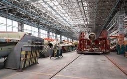Фабрика авиации военного самолета Стапель с русским multirole бойцом Много воздушных судн Стоковая Фотография RF