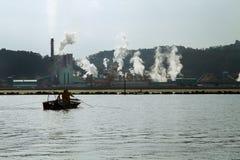 Фабрика бумажной фабрики около озера моря стоковая фотография