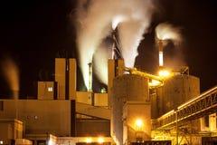 Фабрика бумажной фабрики с густым дымом от продукции приходя из печных труб Стоковая Фотография RF