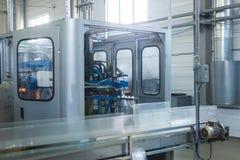Фабрика воды - намочите линию разлива для обрабатывать и разливать чисто ключевую воду по бутылкам в малые бутылки стоковое фото rf