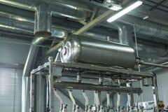 Фабрика воды - намочите линию разлива для обрабатывать и разливать чисто ключевую воду по бутылкам в малые бутылки стоковые фото
