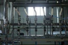 Фабрика воды - намочите линию разлива для обрабатывать и разливать чисто ключевую воду по бутылкам в малые бутылки стоковая фотография