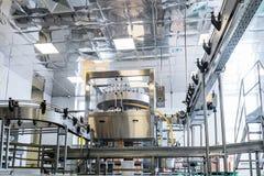 Фабрика для разливая по бутылкам алкогольных напитков Стоковое Изображение RF