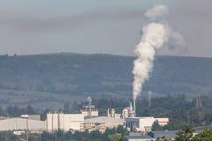 Фабрика загрязняя воздух Стоковое Изображение