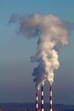 фабрика излучения атмосферы пускает дым по трубам стоковая фотография rf